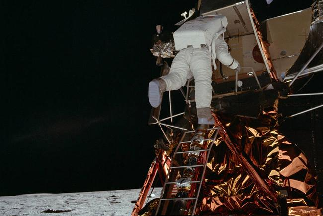 Buzz Aldrin descend l'échelle du module lunaire.