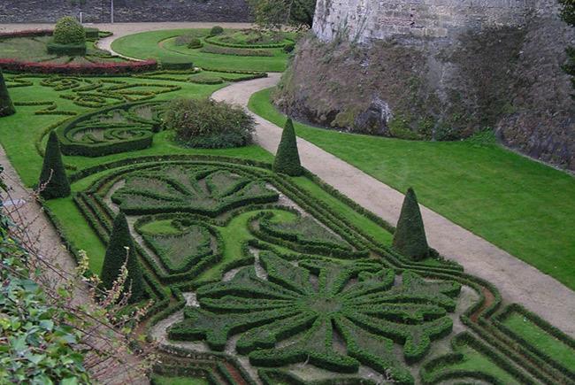 Parterre de broderie de buis autour du château d'Angers, en France © Rosier