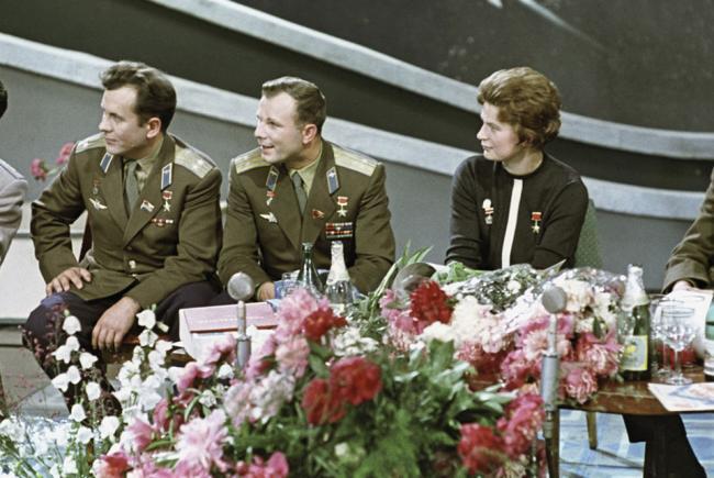 Les cosmonautes Pavel Popovitch, Youri Gagarine et Valentina Terechkova en janvier 1964.