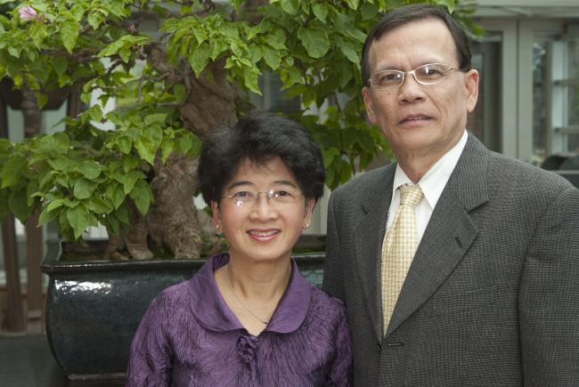 Dr Tang et sa conjointe lors de la cérémonie du don en 2009