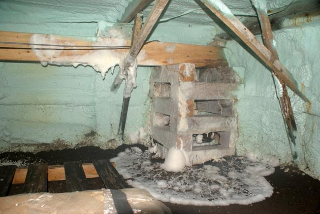 Foundation of a house whose beams are extensively colonized by dry rot mycelium. This house, located in the Rimouski area, had to be decontaminated and then demolished in 2016.