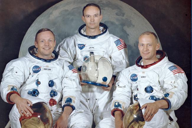 L'équipage de la mission Apollo 11 : Neil A Armstrong, commandant ; Michael Collins, pilote du module de commande et Edwin « Buzz » Aldrin Jr, pilote du module lunaire.