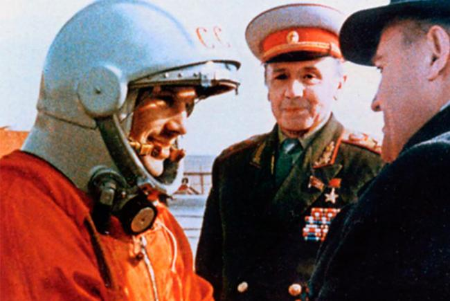 Youri Gagarine reçoit les encouragements de Sergueï Korolev.
