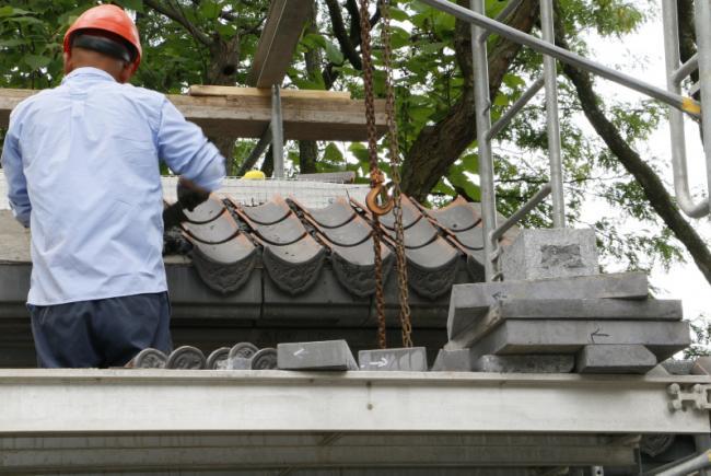 Réfection du Jardin de Chine - Été 2017 - Restauration de la cour d'entrée - pose des tuiles sur le muret entourant la cour d'entrée