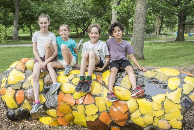 """Des enfants s'amusant le long du parcours immersif """"La nature pour toit""""."""