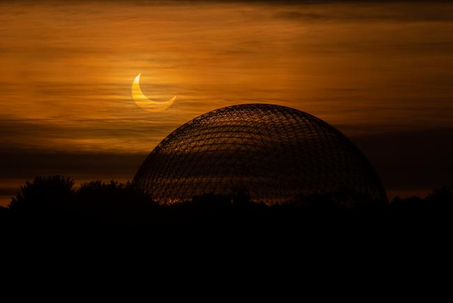 The Biosphère during the eclipse of June 10, 2021.