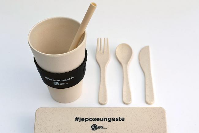 Ustensiles en fibre de blé et tasse compostable en bambou en vente dans les boutiques d'Espace pour la vie.