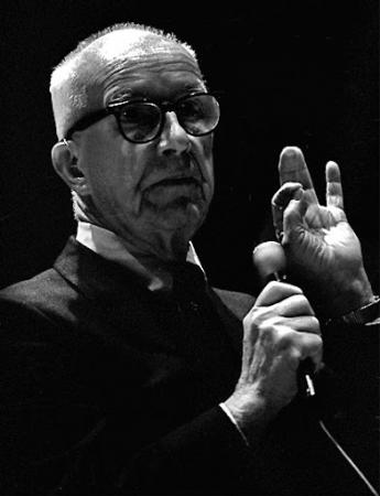 Richard Buckminster Fuller en tournée, vers 1972.