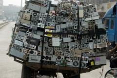 Camion surchargé de déchets électroniques © Greenpeace