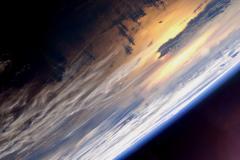 Coucher de soleil sur l'Océan Pacifique vu depuis la Station spatiale internationale.