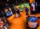 Visiteurs à l'exposition permanente du Planétarium Rio Tinto Alcan