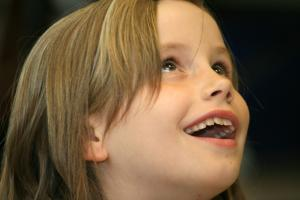 Une élève émerveillée à la salle Naturalia.