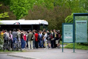 L'arrivée d'un groupe de visiteurs en autocar.