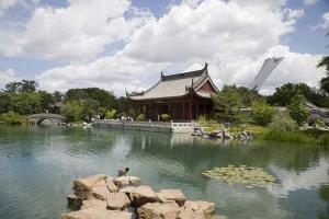Tour de Montréal vue du Jardin de Chine