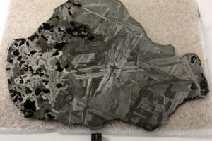 Météorite de Seymchan (acquise en octobre 2019), 672 grammes, 23 cm x 17,2 cm x 0,4 cm, pallasite et fer (IIE), découverte en Russie en 1967.
