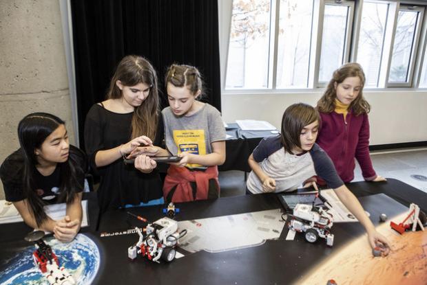 L'apprentissage du codage pour tous lors de l'activité Aldébaran au Planétarium.