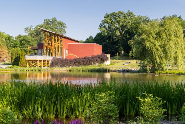 Maison de l'arbre Frédérick-Back vue depuis l'étang