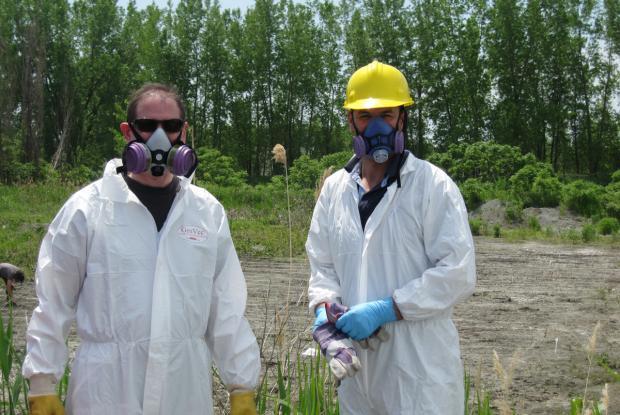 Des équipements de sécurité sont nécessaires pour travailler sur des sols contenant de fortes concentrations de certains contaminants.