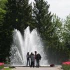Visiteurs devant la fontaine des Jardins d'accueil au Jardin botanique de Montréal